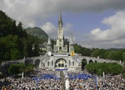 foule cathedrale lourdes